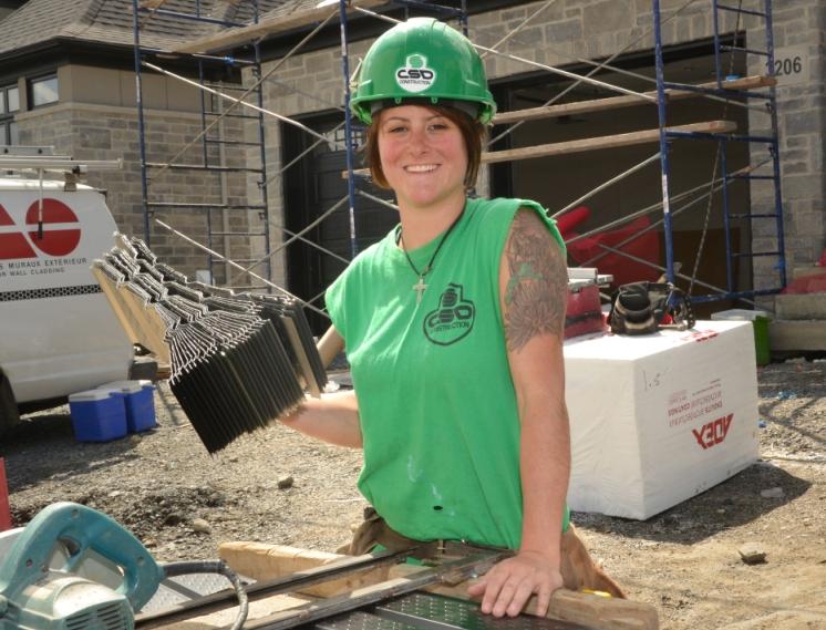 Une femme est sur un chantier.