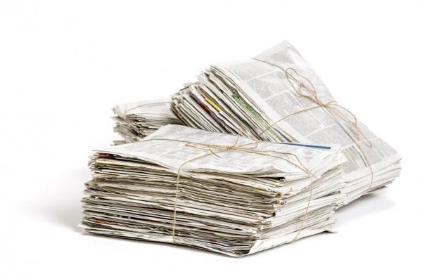 Piles de papier journal attachées avec de la corde.