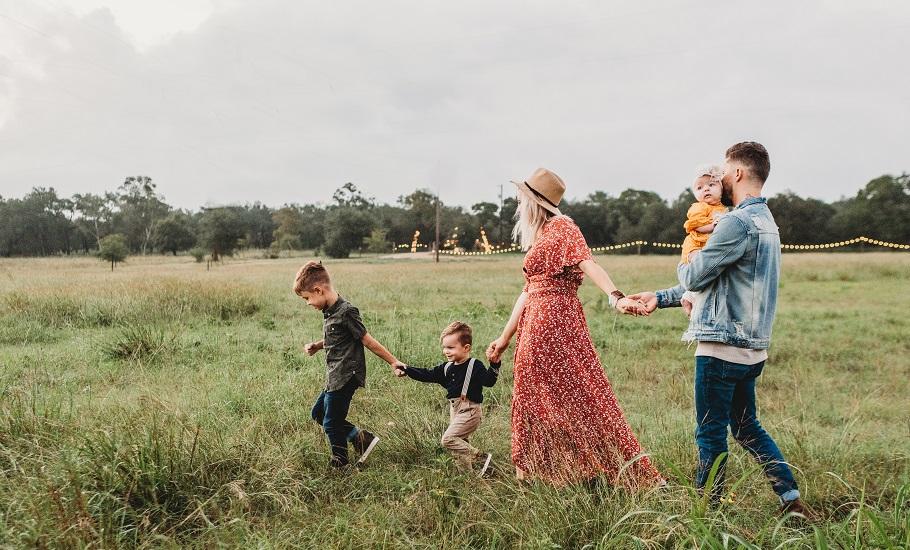famille dans un champ avec de jeunes enfants