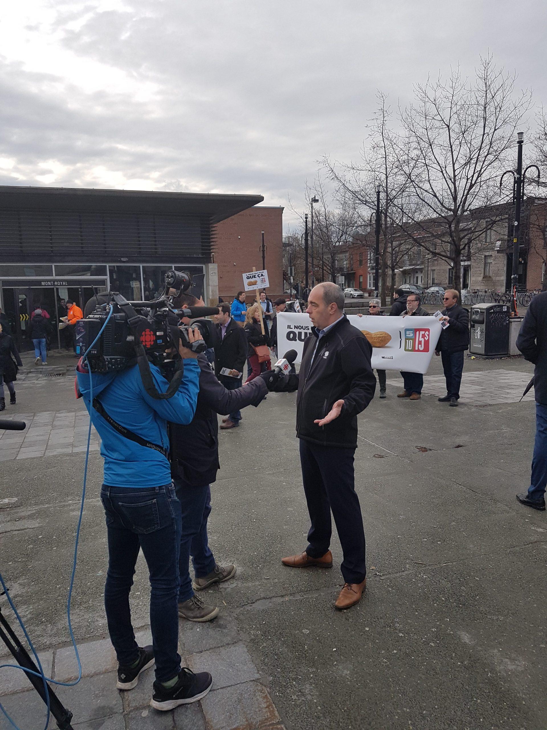 Luc Vachon en entrevue avec un journaliste devant le métro Mont-Royal