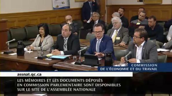 Lyne Laperrière, Luc Vachon, Martin L'Abbée et le président de la CSD Construction, Daniel Laterreur assis à une table devant la Commission