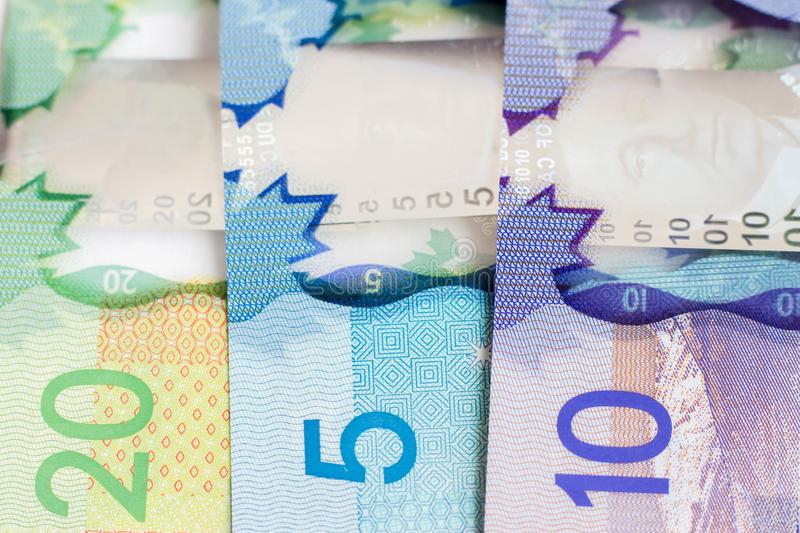 Billets d'argent canadien: 20$, 5$ et 10$.
