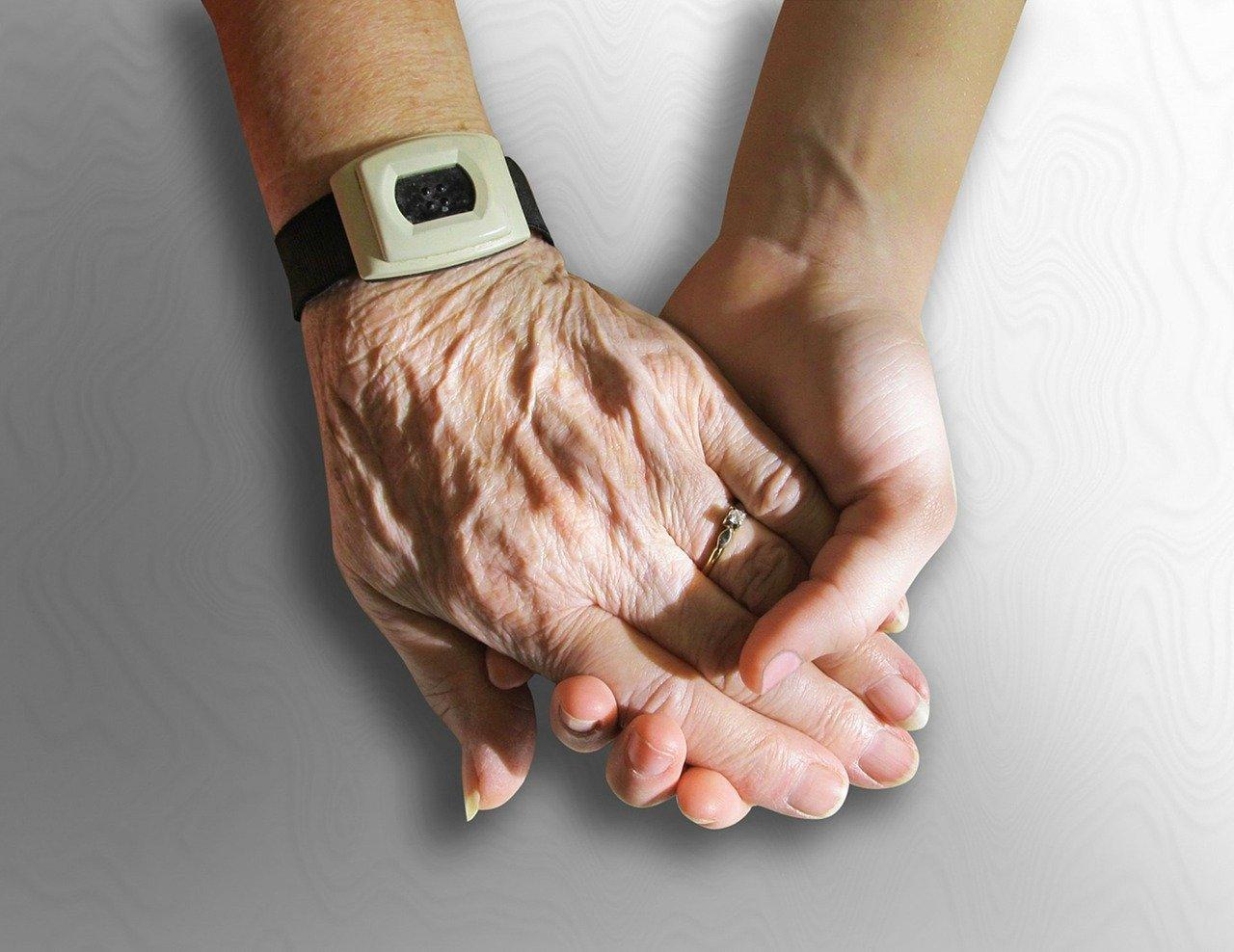 Main de personne âgée