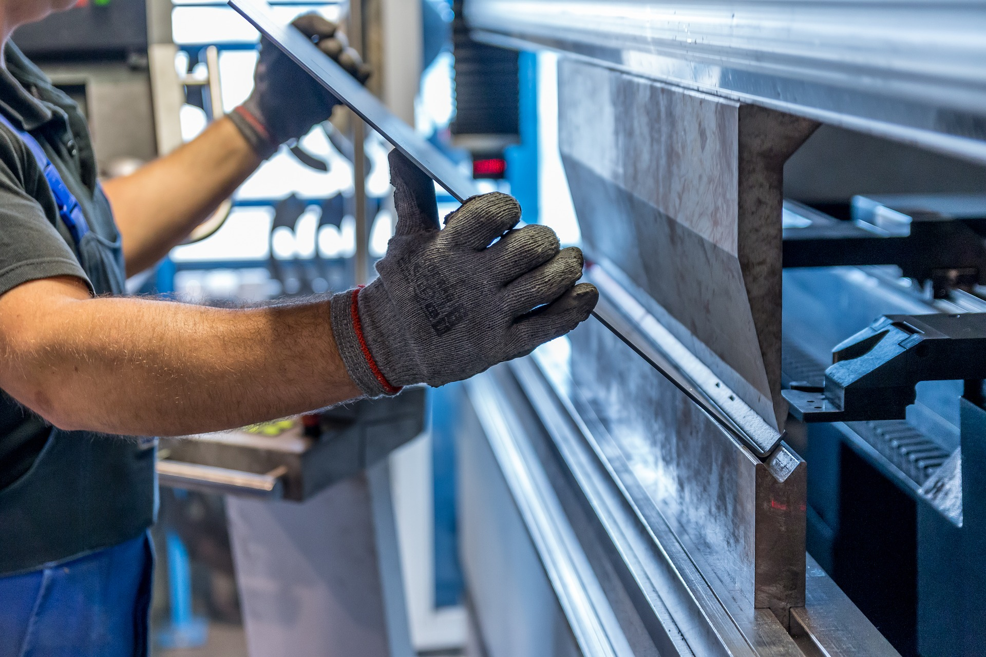 homme-travaillant-dans-une-usine