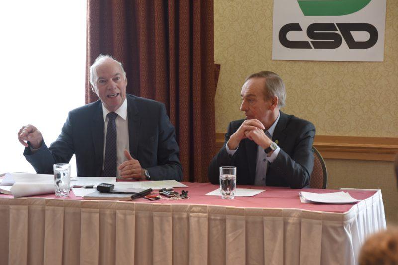 Le président de la Centrale des syndicats démocratiques, François Vaudreuil (à droite), accompagné de Me Denis Bradet, a annoncé que la CSD contestera devant la Cour supérieure la Loi sur la représentation des ressources de type familial (RTF) et de certaines ressources intermédiaires (RI)