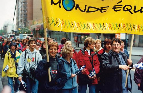 Femmes tenant une bannière jaune pour les droits des femmes à New York