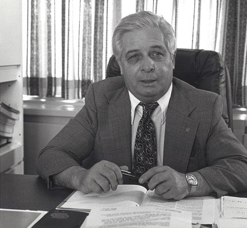 Paul-Emile Dalpe assis à son bureau en 1972