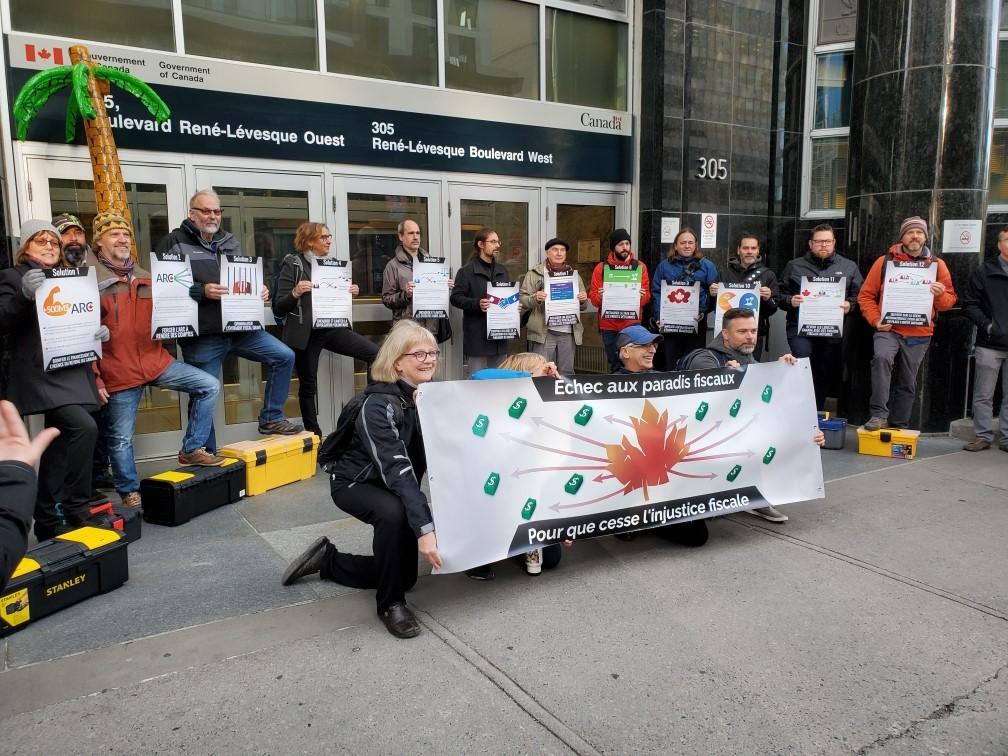 Manifestants devant l'édifice de revenu Canada