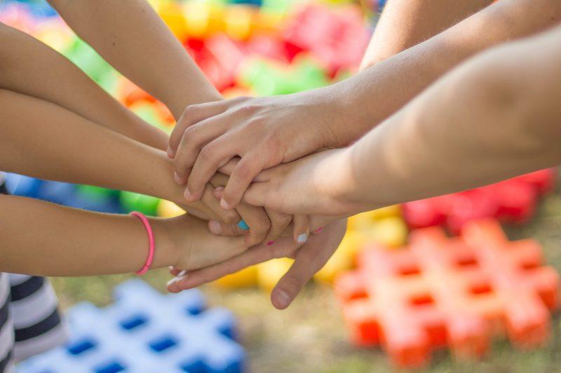 Plusieurs enfants qui se tiennent par la main