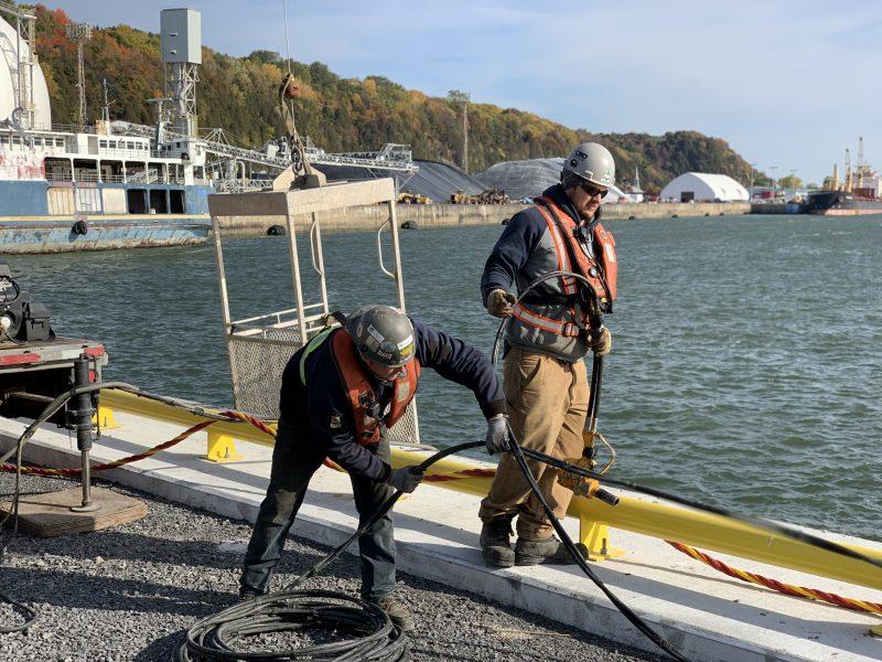 Travailleurs de la construction au bord de l'eau