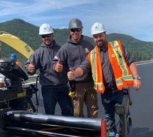 Carl Dufour président de la CSD Construction accompagné de deux travailleurs sur un chantier.