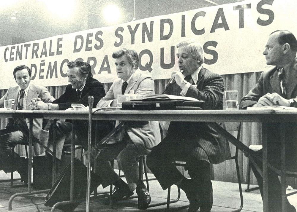Membres fondateurs de la CSD assis à la table.