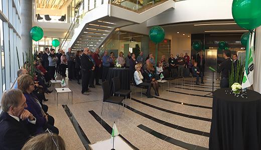 Une foule rassemblée dans le corridor du nouveau siège social de la CSD à Québec.