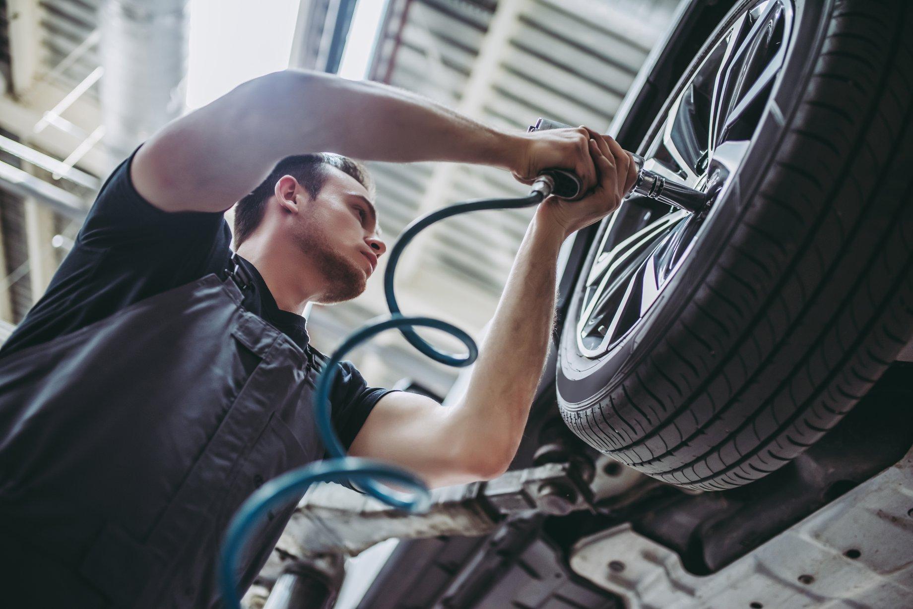 Un mécanicien répare une roue.