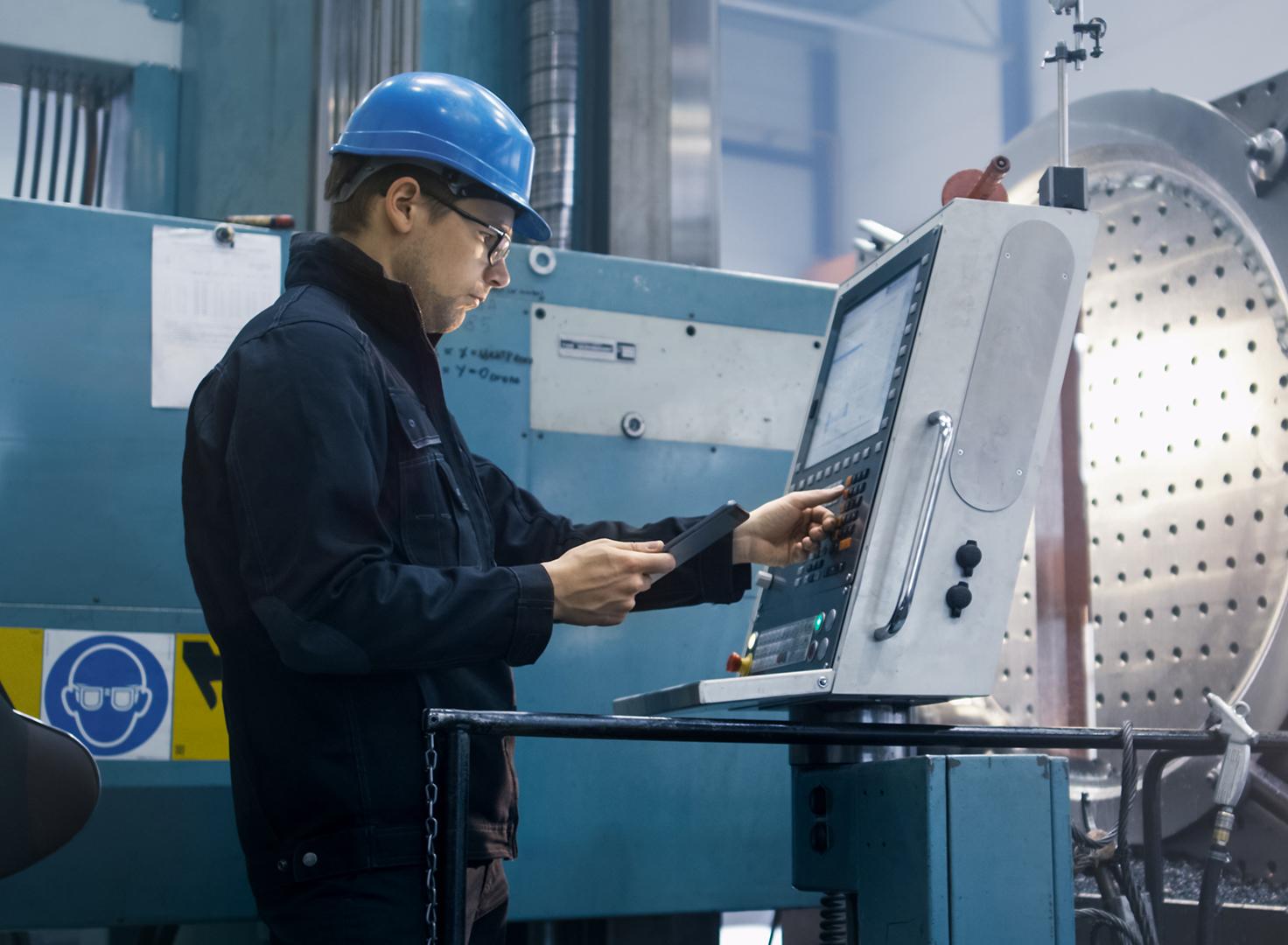 Homme utilisant un terminal dans une chaîne de production