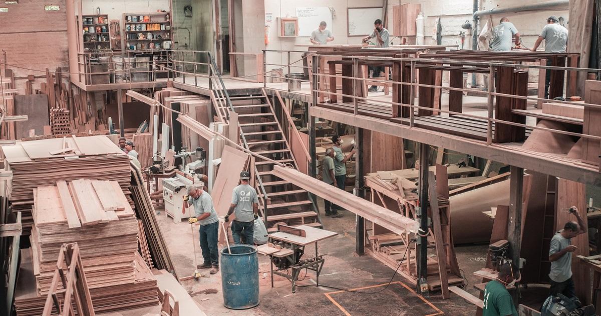Travailleurs dans une manufacture de meubles.