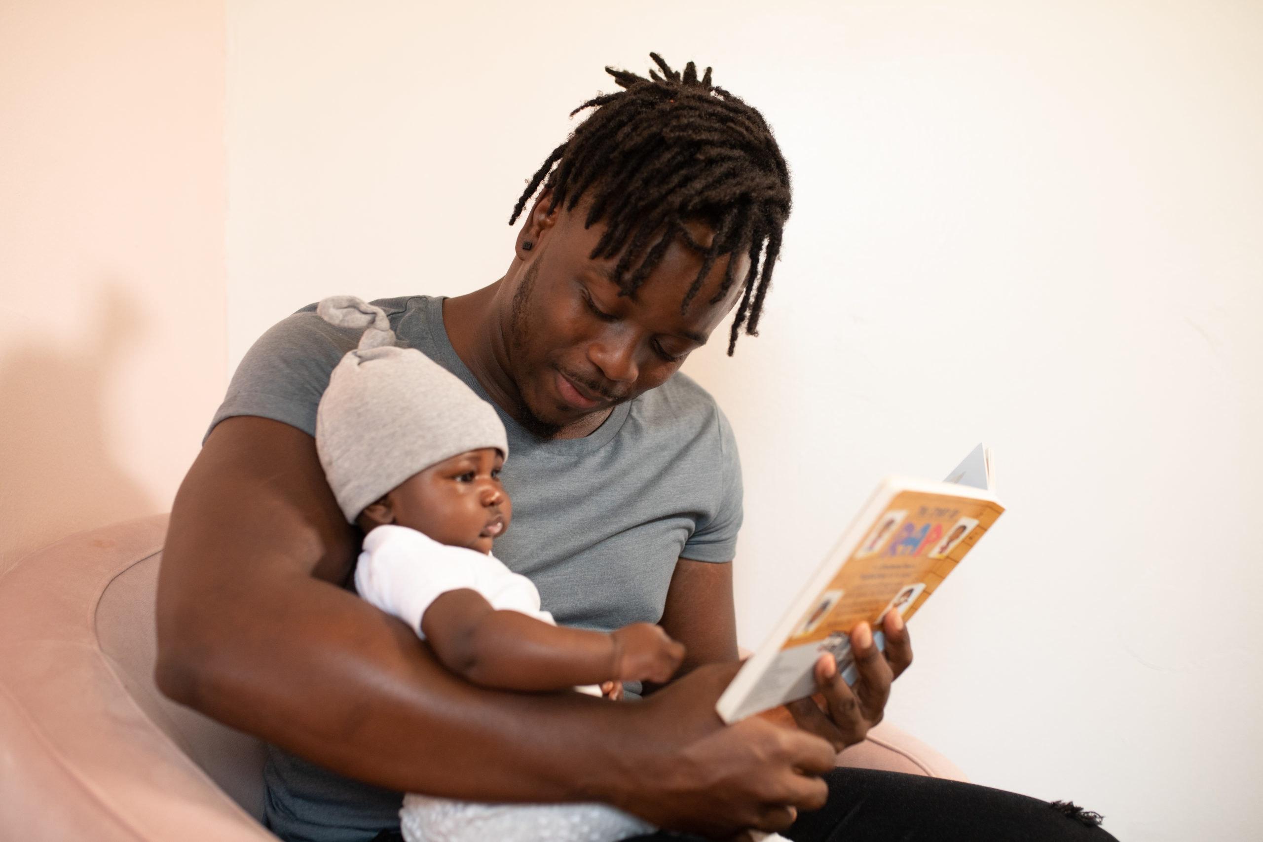 Papa lisant un livre à son bébé.