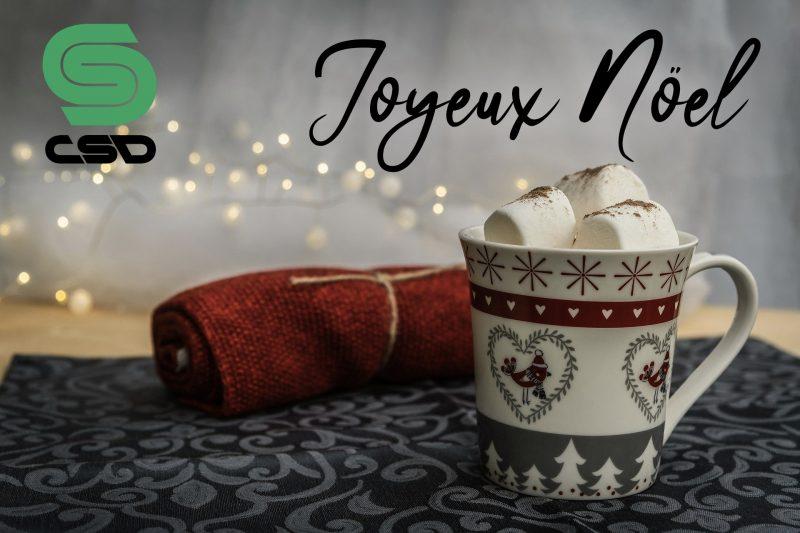 Tasse de lait au chocolat avec décorations de Noël et logo CSD.