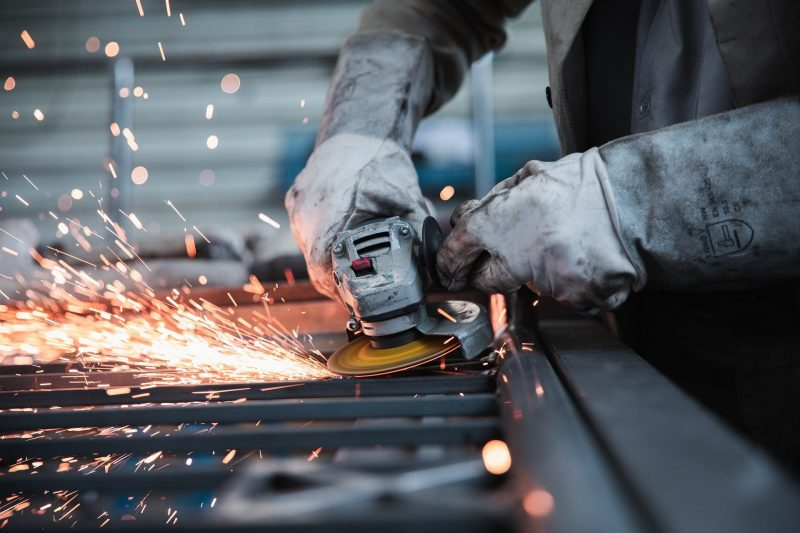 ouvrier qui travaille le métal