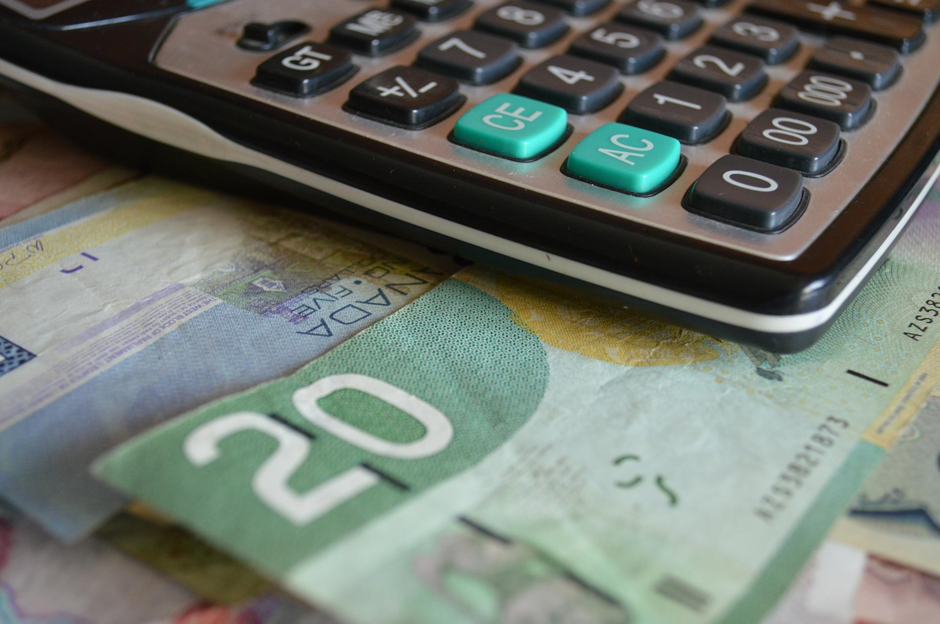 Calculatrice avec des billets de banque canadiens