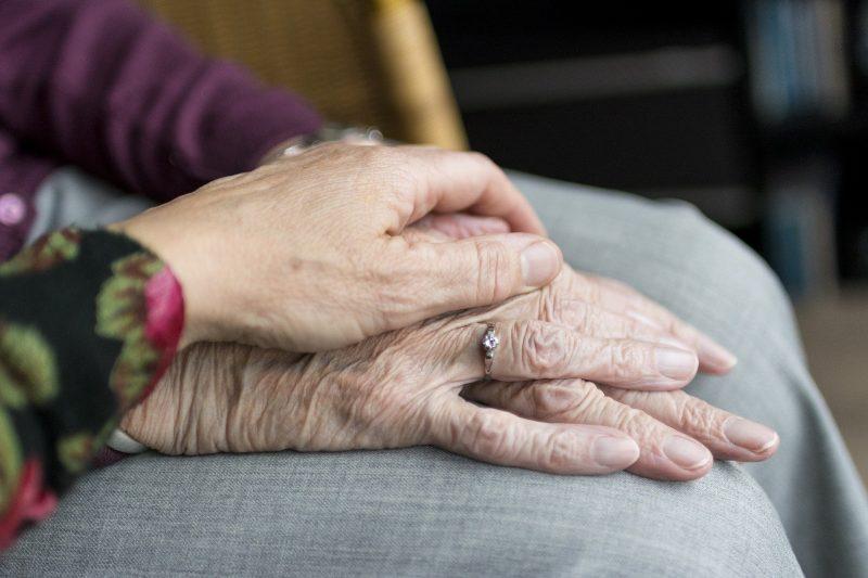 main tenant celle d'une personne âgée