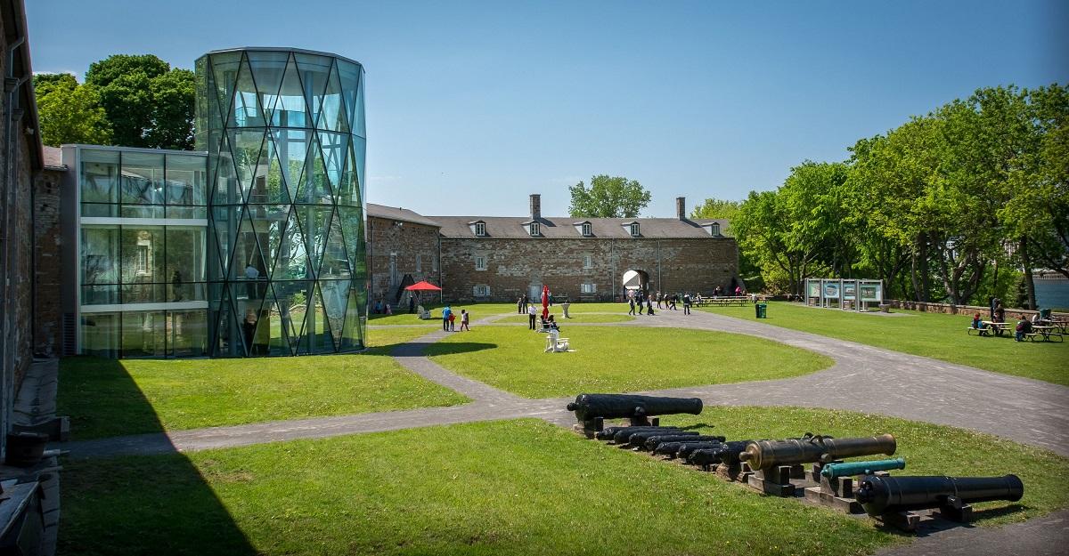 Cour gazonnée du musée Stewart durant une visite estivale.